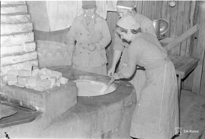 Sa-kuva. Lotat keittämässä saippuaa.