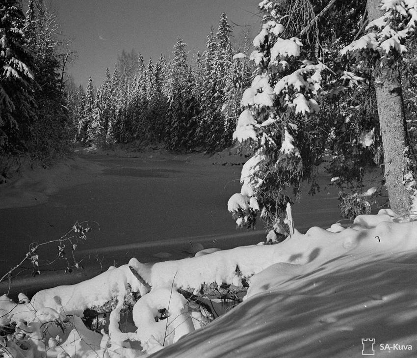 Er�ajoki varhaisen talven keskell�unuksen syd�ss�