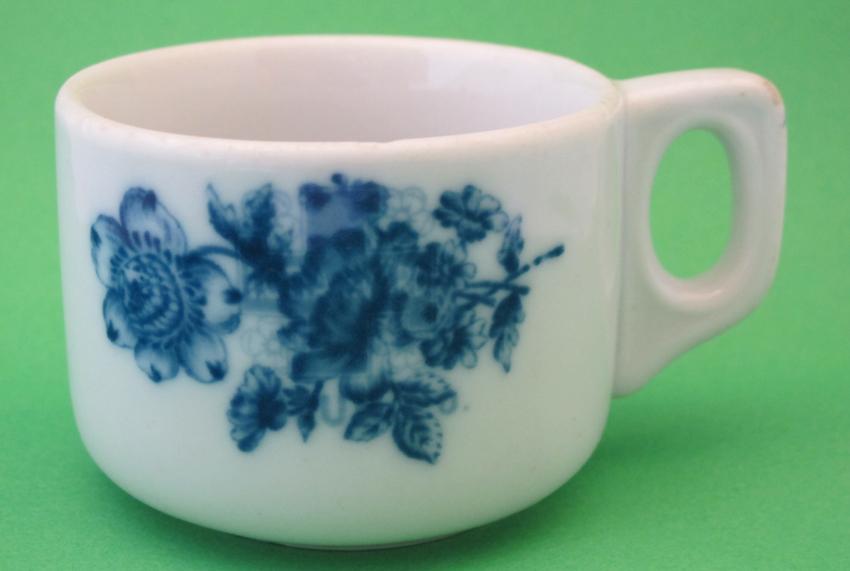 e21_7a-ls-kahvikuppi-jossa-merkin-paalle-laitettu-kukkakuvio